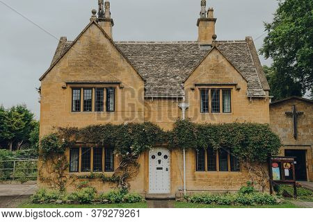 Broadway, Uk - July 07, 2020: Facade Of A Traditional Detached Limestone House In Broadway, A Large