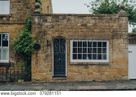 Broadway, Uk - July 07, 2020: Small Limestone House In Broadway, A Large Historic Village Within The