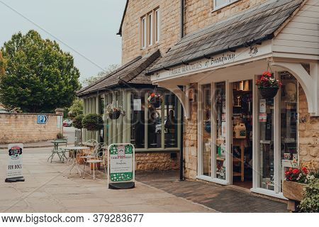 Broadway, Uk - July 07, 2020: Exterior Of Shop And Cafe In Broadway, A Large Village And Civil Paris
