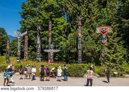 Vancouver, Canada - July 27th 2017: Tourists Admiring The First Nation Totem Poles In Stanley Park,