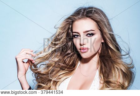 Sensual Beauty Model. Portrait Of A Young Blond Woman With Long Healthy Hair. Vogue Fashion Style Po