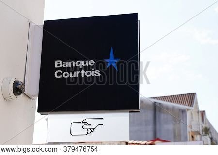 Bordeaux , Aquitaine / France - 07 30 2020 : Banque Courtois Star Text And Logo Sign On Wall Office