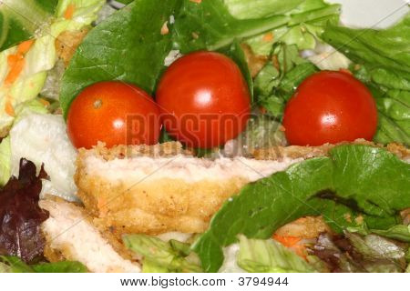 Salad With Chery Tomato Anf Chicken