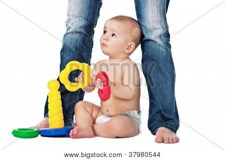 Kind spielen auf weißem Hintergrund mit Mutter