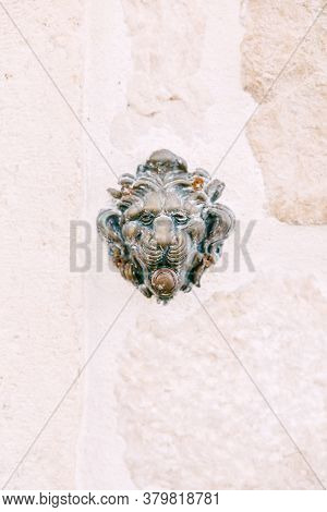 Doorbell - Muzzle Of A Lion On A White Background In A Stone Wall.
