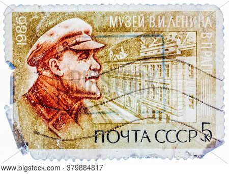 Ussr - Circa 1986: A Stamp Printed In Russia Shows Portraits And Lenin Museum, Prague, Czechoslovaki