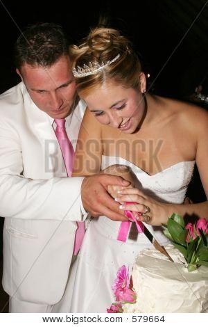 Hochzeitspaar den Kuchen schneiden