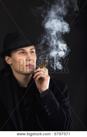 Человек в черном Hat дым сигары