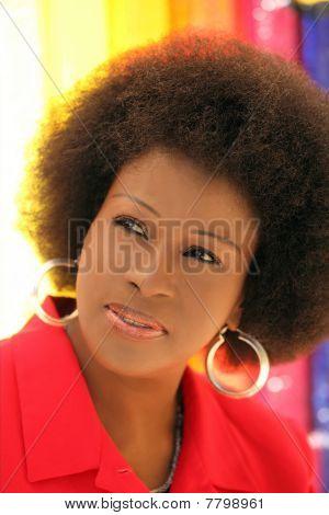 Media edad mujer afroamericana retratos al aire libre