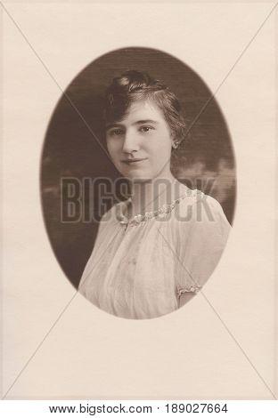 HARRISON, IDAHO, USA - CIRCA 1915: Paper framed portrait of a teenage girl