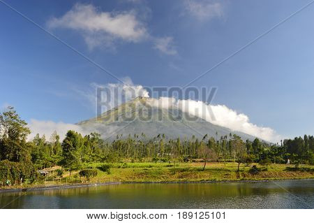 A high mountain beneath which there is a lake ( Sindoro Mountain )