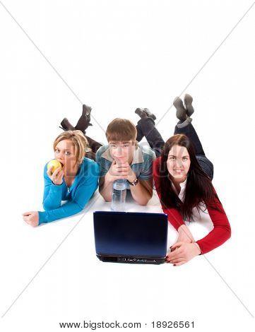 Grupo de estudiantes felices con el portátil
