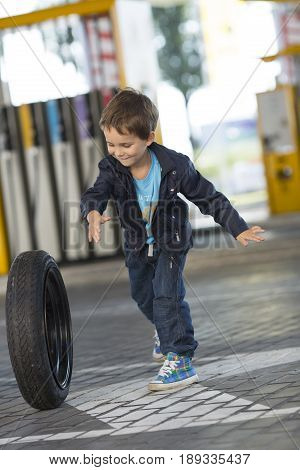 young mechanic in a hurry to help the motorist to take the spare wheel