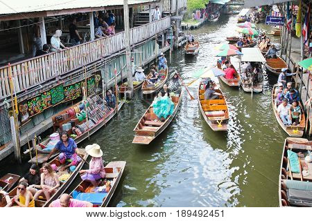 Ratchaburi - Thailand June 2 2017: Damnoen Saduak floating market The famous attractions of Ratchaburi. Launched to the world as the source. The first tour since 2510.
