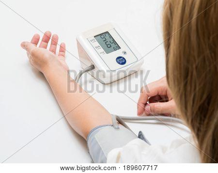 measuring blood pressure with digital blood pressure gauge
