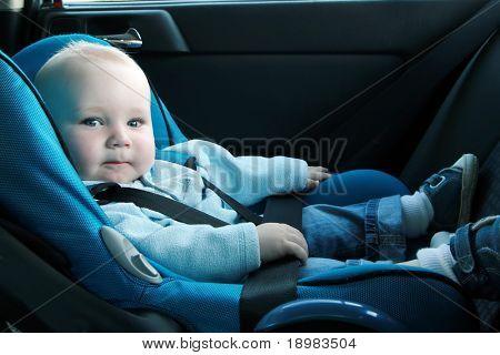 7 Monate alten Baby Boy in einem Sicherheits-Autositz. Sicherheit und Gefahrenabwehr