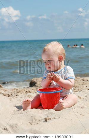 8 Monate alten Baby Boy spielen am Strand