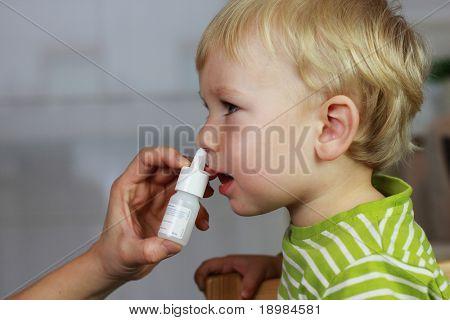 Katarrh - Mutter Spritzen 2 Jahre Baby junge Medizin in Nase, Nase Tropfen, Spray Nase.