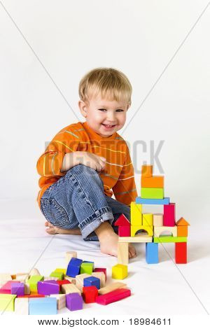 2 Jahre alt Baby Boy playing with Holzklötze.