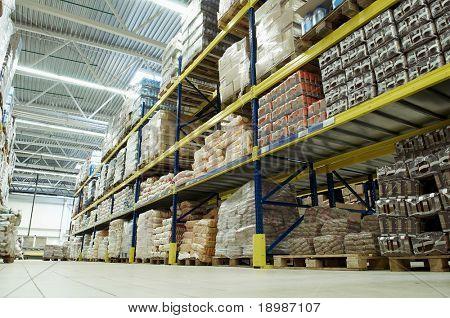 lungo stack di disposizione delle merci all'ingrosso e al dettaglio magazzino deposito