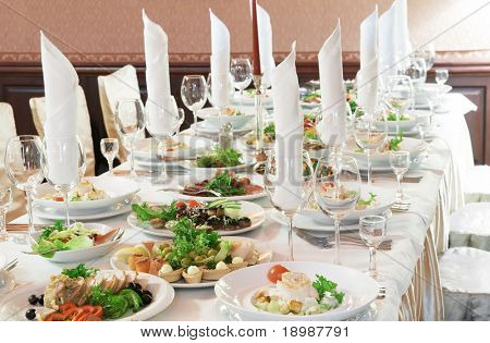 Gastronomie Tisch set mit Besteck, Servietten und Glas im Restaurant vor party