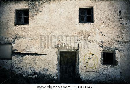 Antigua fachada de la casa, abandonada e injertado.