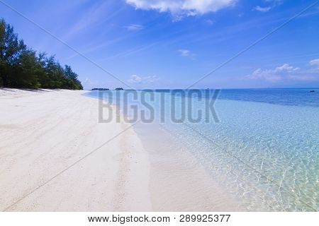 Sea View From Tropical Beach With Sunny Sky. Summer Paradise Beach Of Samui Island . Tropical Shore.
