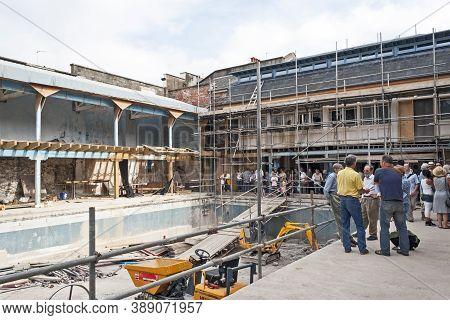Bristol, Uk - September 8, 2007: Renovation Work Under Way At Bristol Lido On Open Doors Day 2007