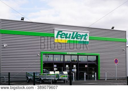 Bordeaux , Aquitaine / France - 10 01 2020 : Feu Vert Logo And Text Sign Front Of Station Automotive
