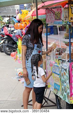 Pathumthani, Thailand - August 6, 2017 :  Happiness Moment Of Mother And Daughter, Her Daughter Buy