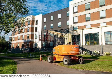Rochester, Mn - 29 Jul 2020: Jlg Articulating Boom Lift Standing By The Side Of The Building.