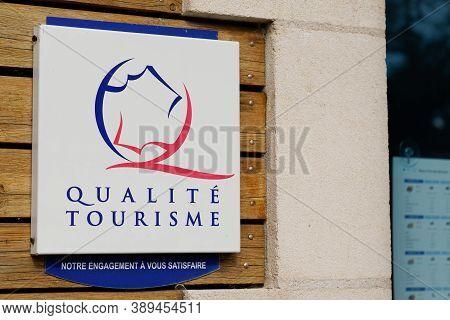 Bordeaux , Aquitaine / France - 10 10 2020 : Qualité Tourisme Logo And Text Sign On Wall State Franc