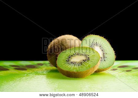 Fresh green kiwi slices