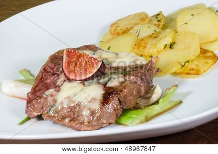 Steak with roquefort and figs