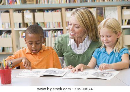 Estudante na classe de leitura com o professor