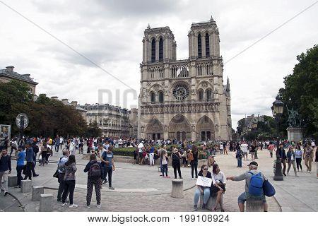 PARIJS , FRANKRIJK - JULY 23 ,2017: Tourists visiting the Cathedral Notre Dame de Paris - most famous Roman Catholic cathedral (1163 - 1345)