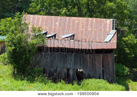 Old barn that has seen better days standing in a field in Tennesse