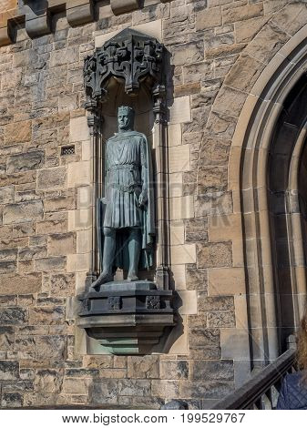 EDINBURGH, SCOTLAND - JULY 29: Robert Bruce statue at entrance to  Edinburgh Castle on July 29, 2017 in Edinburgh Scotland. Edinburgh Castle is full of many ancient buildings.