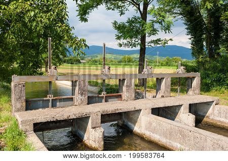 Installation of sluices on the river to divert water in various irrigation channels for agriculture.