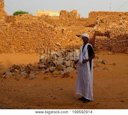 Portrait of mauritanian man in national costume boubou or derraa - 10-11-2012 Chinguetti Mauritania