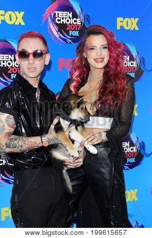 LOS ANGELES - AUG 13:  Bella Thorne, Blackbear at the Teen Choice Awards 2017 at the Galen Center on August 13, 2017 in Los Angeles, CA