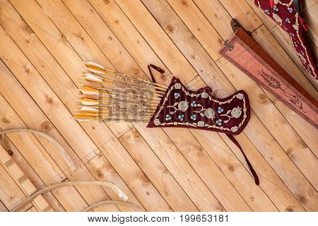 leather quiver for holding set of arrows inside