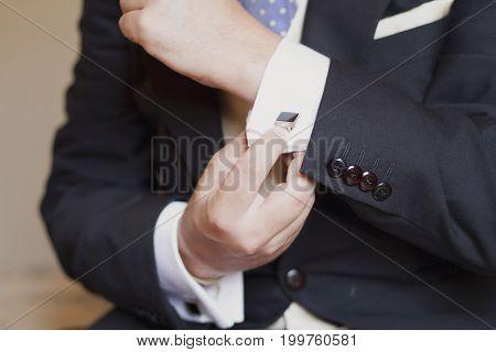 Groom elegance detail in his wedding day