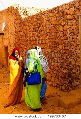 Portrait of mauritanian women in national dress Melhfa - 10-11-2012 Chinguetti Mauritania