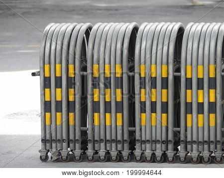 expandable traffic barrier for temporary traffic control