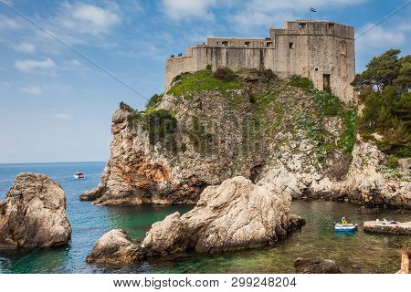 Dubrovnik, Croatia - April, 2018: Dubrovnik West Pier And The Medieval Fort Lovrijenac Located On Th