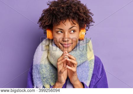 Close Up Shot Of Pensive Afro American Woman Steepls Fingers Shemes Something While Listening Favori