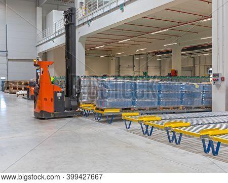 Forklift At Floor Mountet Pallet Gravity Flow In Distribution Warehouse