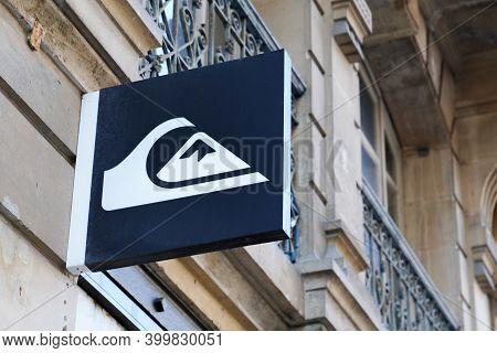 Bordeaux , Aquitaine  France - 12 15 2020 : Quiksilver Sign And Logo Front Of Shop Entrance For Fash
