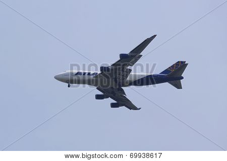 Atlas Air Boeing 747 operated for Qantas Freight in New York sky before landing at JFK Airport